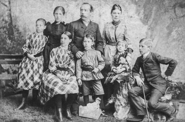 Paul Pfund mit Ehefrau und Kindern